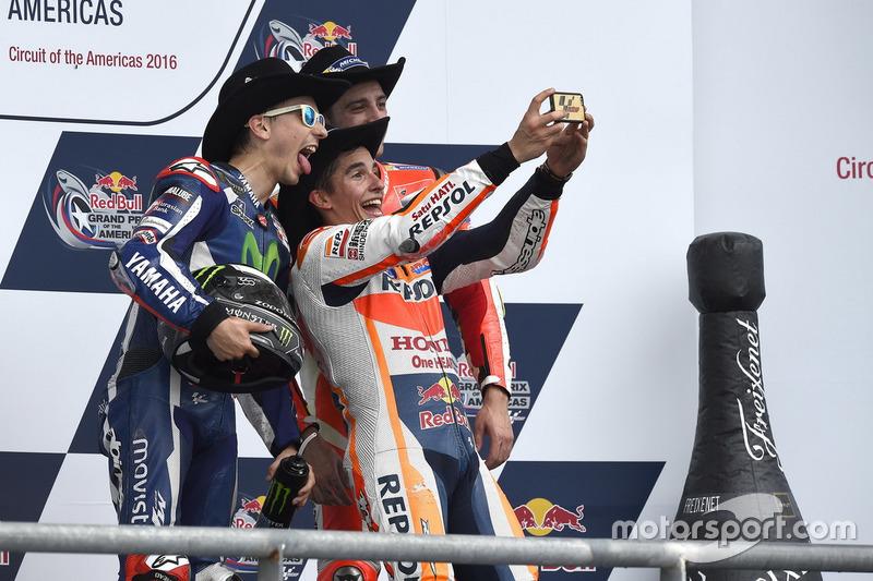 Подіум Гран Прі Америки: переможець гонки Марк Маркес, друге місце Хорхе Лоренсо, третє місце Андреа Янноне