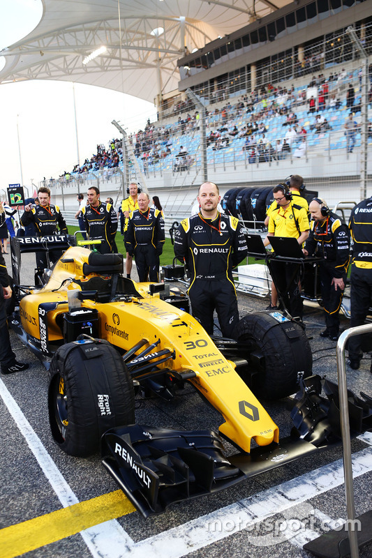 Renault Sport F1 Team mechanics on the grid