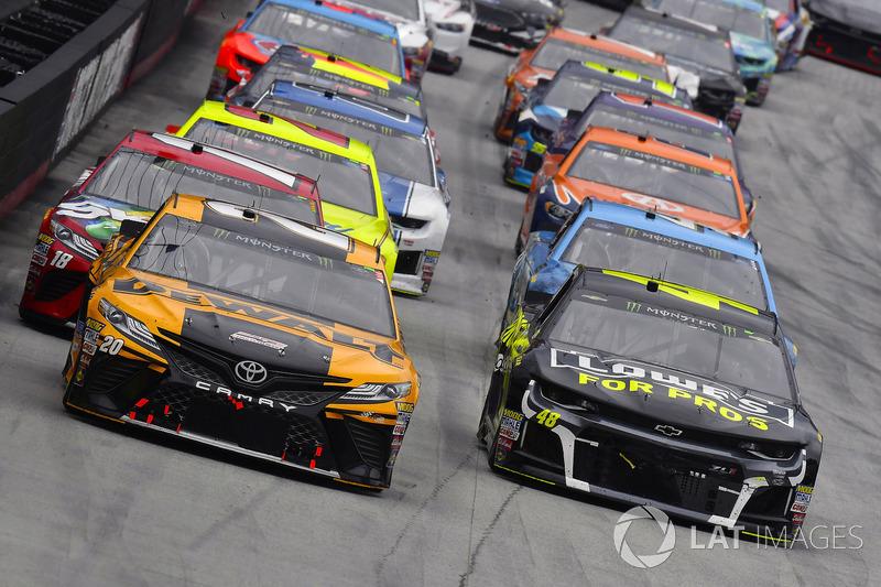 Erik Jones, Joe Gibbs Racing, Toyota Camry DeWalt and Jimmie Johnson, Hendrick Motorsports, Chevrolet Camaro Lowe's for Pros