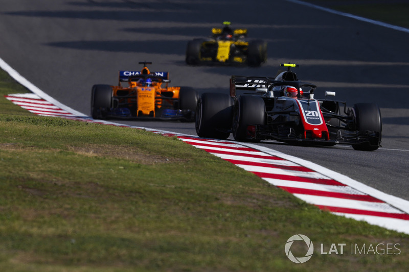 Kevin Magnussen, Haas F1 Team VF-18 Ferrari, Fernando Alonso, McLaren MCL33 Renault y Carlos Sainz Jr., Renault Sport F1 Team R.S. 18
