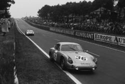 Herbert Linge, Ben Pon, Porsche 695 GS, leads Pedro Rodriguez, Ricardo Rodriguez, Ferrari 250 TRI/61
