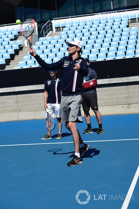 Esteban Ocon, Force India F1 juega al tenis en Melbourne Park
