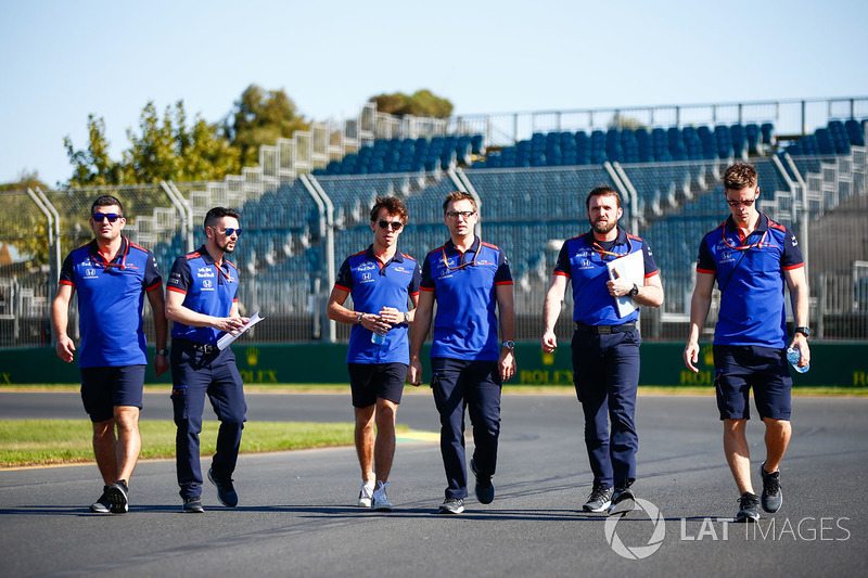 Пьер Гасли и сотрудники Scuderia Toro Rosso