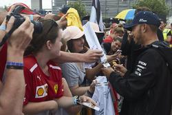 Lewis Hamilton, Mercedes AMG F1, firma autógrafos para fanáticos