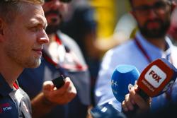 Kevin Magnussen, Haas F1 Team, atiende a los medios