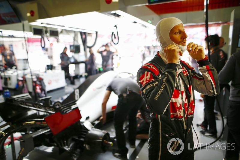Romain Grosjean, Haas F1 Team, adjusts his balaclava