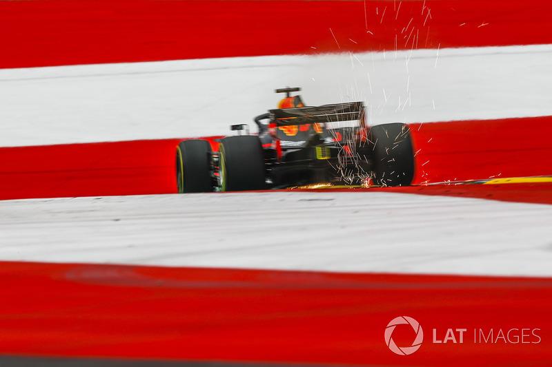 Daniel Ricciardo, Red Bull Racing RB14, solleva scintille