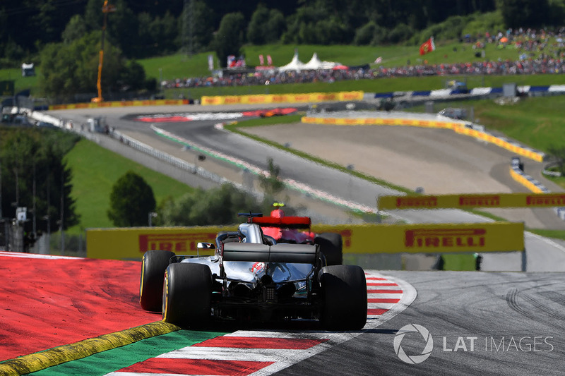 Lewis Hamilton, Mercedes-AMG F1 W09 insegue Kimi Raikkonen, Ferrari SF71H