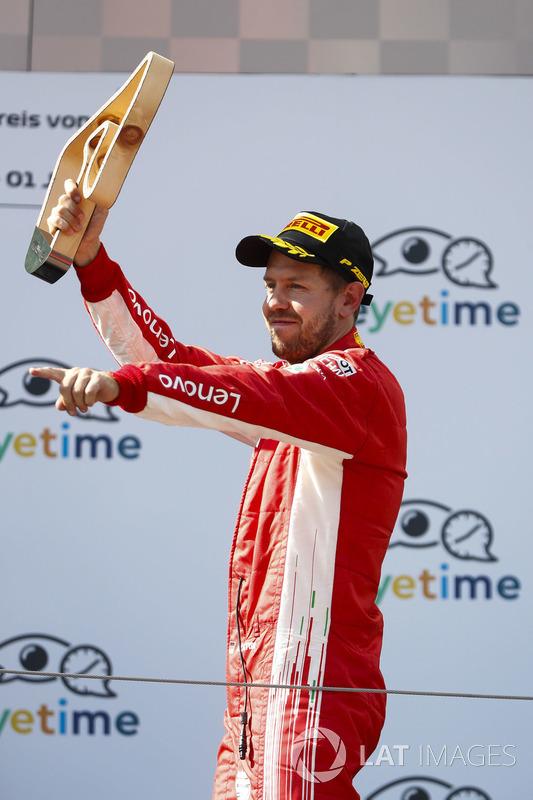 Sebastian Vettel, Ferrari, soulève son trophée de troisième place