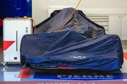 Una Scuderia Toro Rosso STR12 sotto il telo nel garage