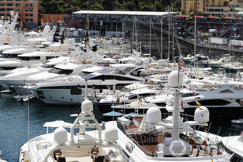 Yacht e barche attraccate al porto