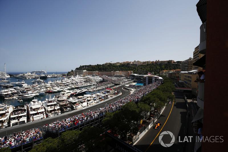 Fernando Alonso, McLaren MCL33, leads Sergio Perez, Force India VJM11