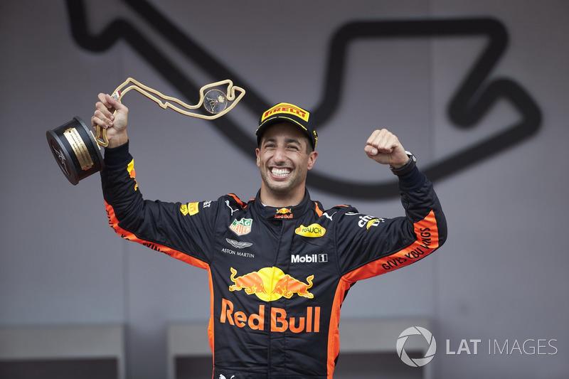 El ganador de la carrera Daniel Ricciardo, Red Bull Racing, con su trofeo