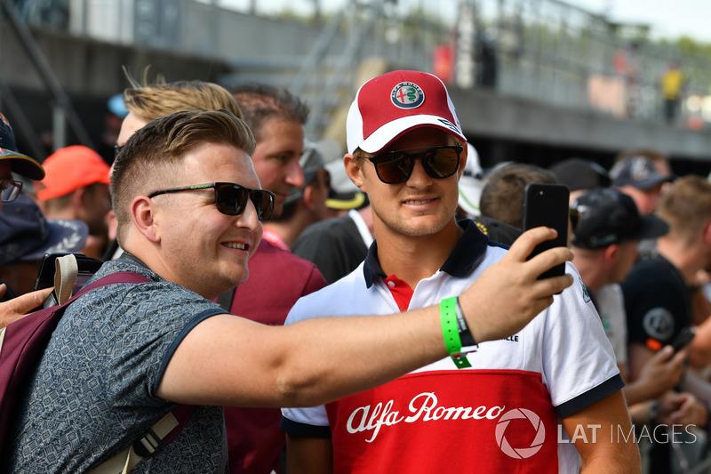 Marcus Ericsson, Sauber, con dei tifosi
