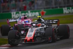 Kevin Magnussen, Haas F1 Team VF-18, precede Sergio Perez, Force India VJM11