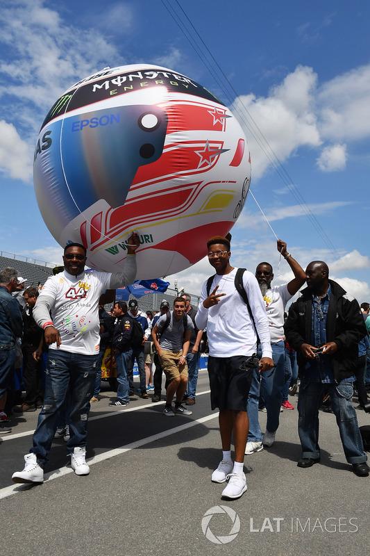 Lewis Hamilton, Mercedes-AMG F1 fans with helmet balloon
