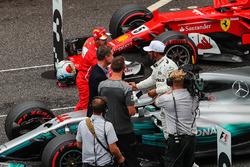 Sebastian Vettel, Ferrari e Lewis Hamilton, Mercedes AMG F1 festeggia nel parco chiuso accanto a David Coulthard, Commentatore Channel Four TV e Jenson Button