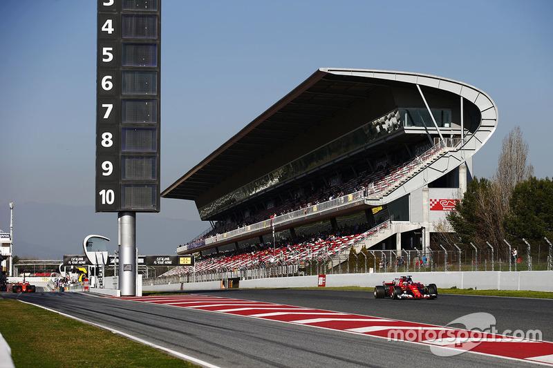 Kimi Raikkonen, Ferrari SF70H pasa a Carlos Sainz Jr., Scuderia Toro Rosso STR12, mientras Fernando Alonso, McLaren MCL32 sale el pit lane