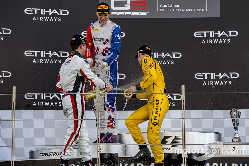 Segundo lugar Jake Dennis, Arden International, ganador de la carrrea  Nyck De Vries, ART Grand Prix, y tercer lugar Jack Aitken, Arden International