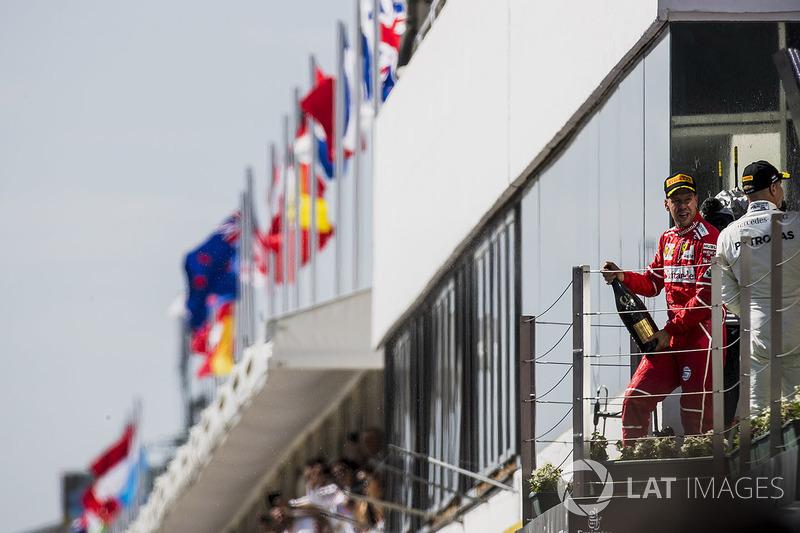 الفائز بالسباق سيباستيان فيتيل، فيراري، المركز الثالث فالتيري بوتاس، مرسيدس