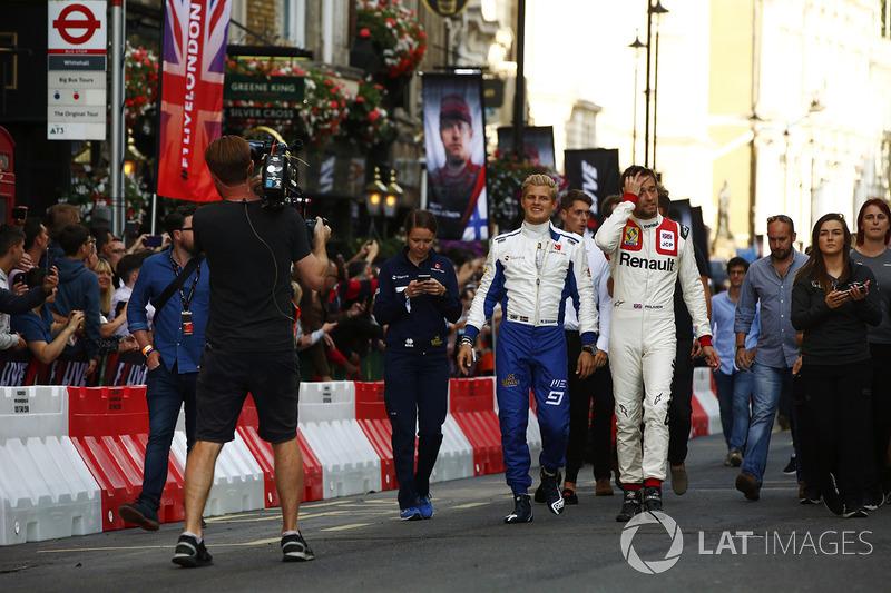 Маркус Ерікссон (Sauber) і Джоліон Палмер (Renault Sport F1 Team)