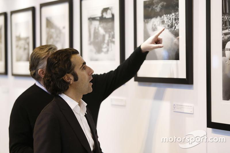 Dario Franchitti visita la galería de LAT Images