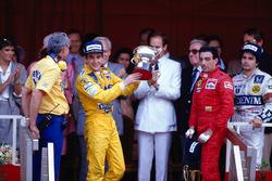 Подиум: победитель Айртон Сенна, Team Lotus, третье место – Микеле Альборето, Ferrari, второе место Нельсон Пике, Williams, босс Lotus Питер Уорр