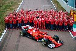 Kimi Räikkönen, Sebastian Vettel, Sergio Marchionne und das Ferrari-Team mit dem neuen Ferrari SF70H