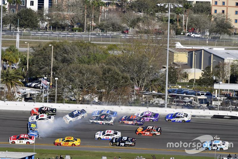Crash: Jimmie Johnson, Hendrick Motorsports, Chevrolet