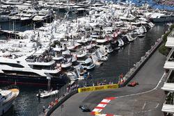 Кими Райкконен, Ferrari SF70H, и Льюис Хэмилтон, Mercedes-Benz F1 W08 Hybrid