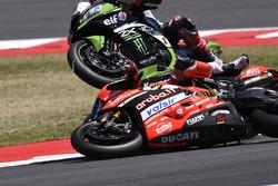Chute de Chaz Davies, Ducati Team, Jonathan Rea, Kawasaki Racing