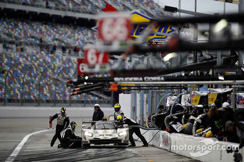 #5 Action Express Racing Cadillac DPi: Joao Barbosa, Christian Fittipaldi, Filipe Albuquerque, pit action