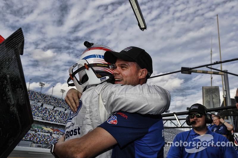 Pole position GTLM de Joey Hand, Ford Performance Chip Ganassi Racing, celebra con su compañero Dirk
