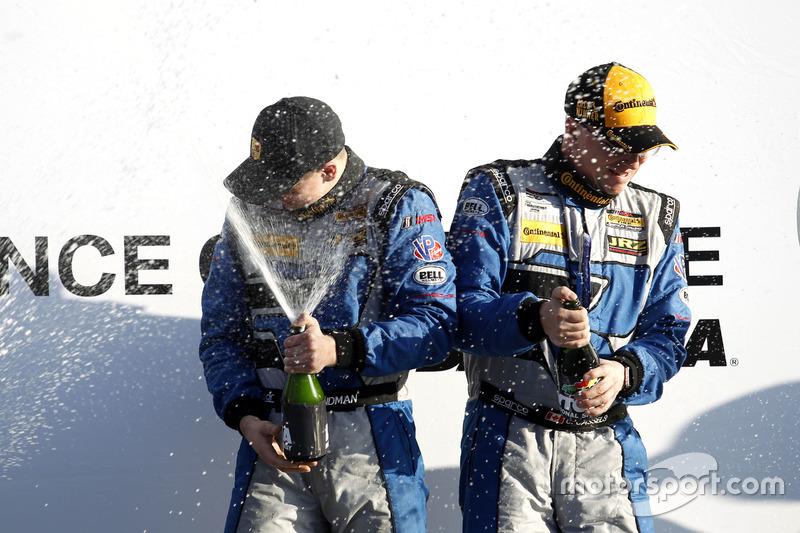 Podio: ganador de la carrera #12 Bodymotion Racing Porsche Cayman GT4: Cameron Cassels, Trent Hindma