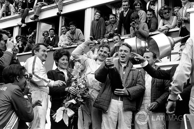 Podio: ganadores A.J. Foyt, Dan Gurney, segundo lugar Ludovico Scarfiotti, Mike Parks. Esta fue la primera vez que la champagne fue rociada en la celebración en un podio.