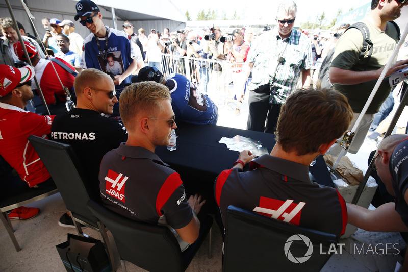 Valtteri Bottas, Mercedes AMG F1, Kevin Magnussen, Haas F1 Team, Romain Grosjean, Haas F1 Team