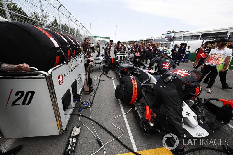 Mechaniker am Auto von Kevin Magnussen, Haas F1 Team VF-17