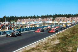Mario Andretti, Lotus 79 Ford, delante de John Watson y Niki Lauda, ambos con Brabham BT46B Ford