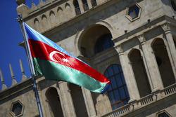 Прапори Азербайджану на фоні сучасних будівель