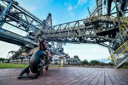 La moto di Stefan Bradl, Honda World Superbike Team allo escavatore F60