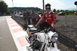 Sebastian Vettel, Ferrari, klasik bir BMW motosiklet ile piste geliyor