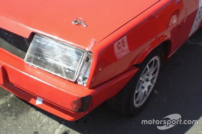 Невеликі бойові шрами на машині Владислава Сінані.