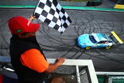 Rodrigo Baptista recebe bandeira quadriculada em Interlagos