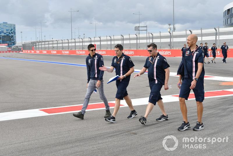Esteban Ocon, Racing Point Force India F1 Team parcourt la piste à pied