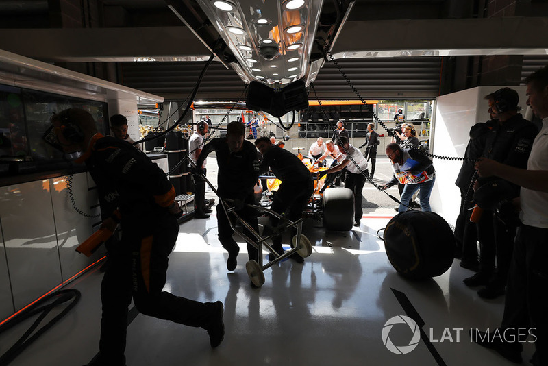 Stoffel Vandoorne, McLaren MCL33, dans le garage