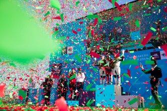 Pioggia di coriandoli Robin Frijns, Envision Virgin Racing, 2° classificato, Jérôme d'Ambrosio, Mahindra Racing, 1° classificato, Sam Bird, Envision Virgin Racing, 3° classificato, festeggiano sul podio
