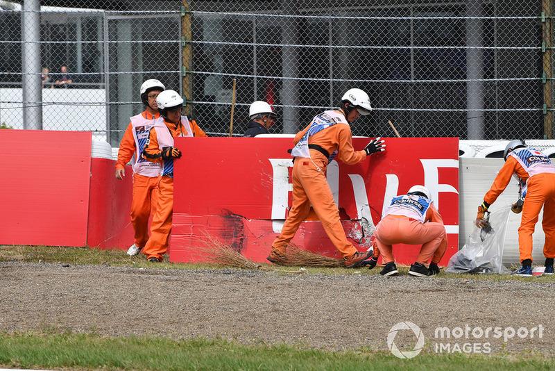 Маршали ремонтують бар'єр після аварії Ніко Хюлькенберга, Renault Sport F1 Team R.S. 18
