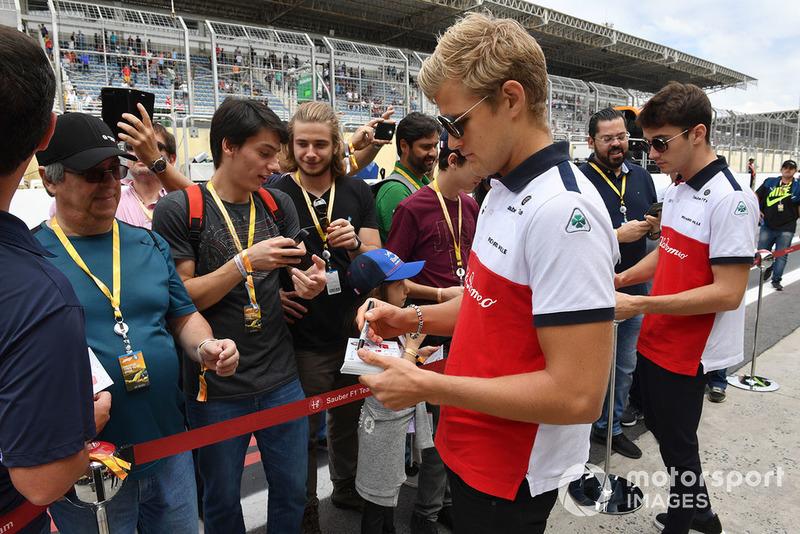 Marcus Ericsson, Sauber et Charles Leclerc, Sauber signent des autographes pour des fans
