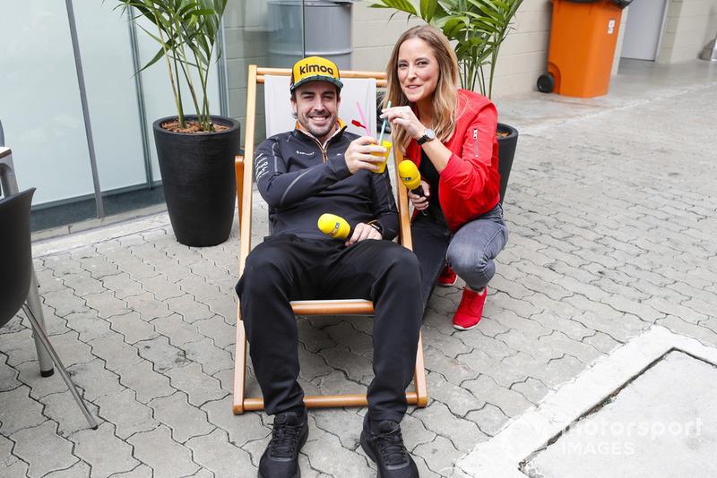 Fernando Alonso, McLaren, bersantai dengan presenter RTL