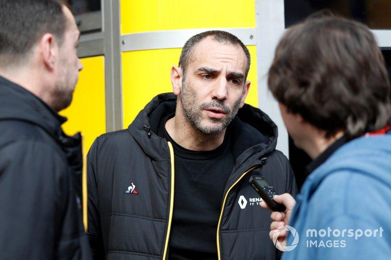 Cyril Abiteboul, directeur général de Renault F1, parle à la presse